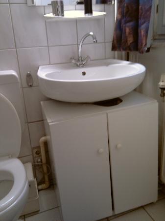 Hotel-Restaurant Zum Stern: Badezimmer mit Unterschrank