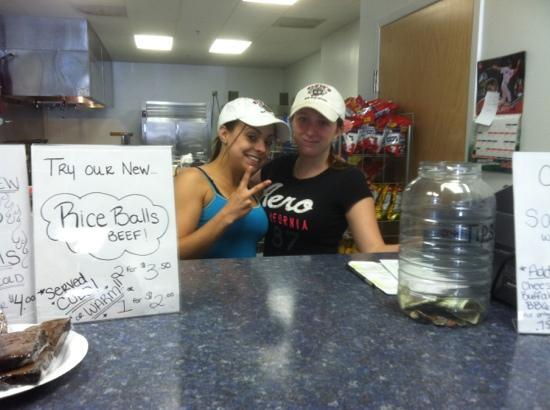 Elvis's Hot Dog Palace: awesome very cute waitstaff!!!!