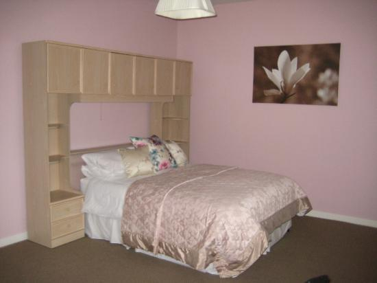 Airport Orchard Bed and Breakfast: Double bed of family room