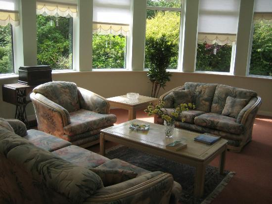 Airport Orchard Bed and Breakfast: The lounge has beautiful garden views