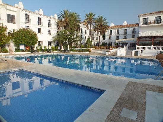 Hacienda Puerta del Sol: Pool and hotel at peak time!