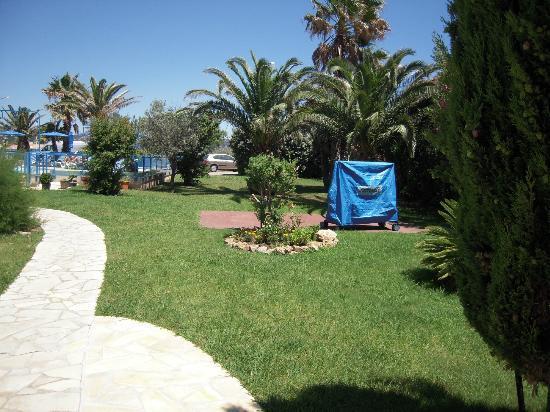 Citotel Hostellerie de la Nartelle : Aussicht auf Garten und Pool von der Terrasse