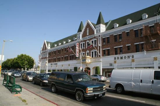 Hollywood Historic Hotel: Hotel von der anderen Straßenseite aus