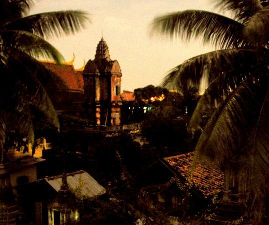 Wat Sarawan: View of the Prasat (tower) at night, long exposure