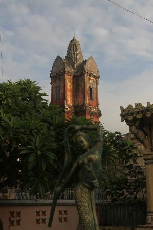 Wat Sarawan: View of the Prasat (tower) early morning