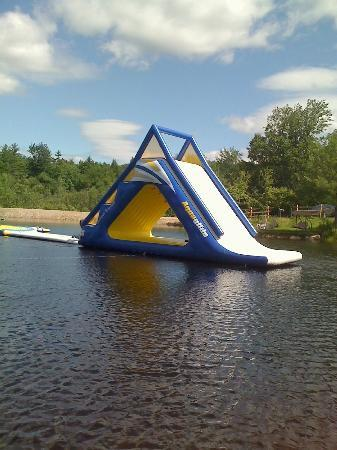 Liquid Planet Water Park : zoom in view of the awesome fast lake slide