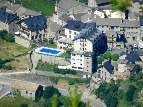 Hotel Villa de Torla: The hotel is to the right of its pool.