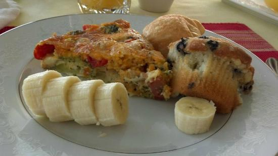 Colington Creek Inn: Impossible quiche, muffins, fruit and croissant (amazing quiche!)