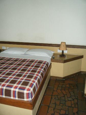 Hotel Neuchatel Cali: Bed in room 402