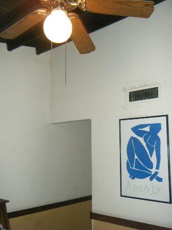 Hotel Neuchatel Cali: Walls and fan