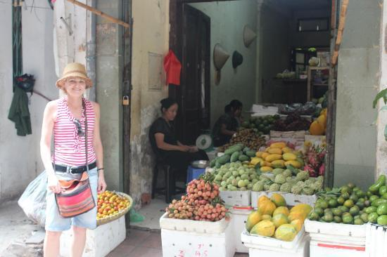 Hanoi Charming Hotel: Local fruit vendor