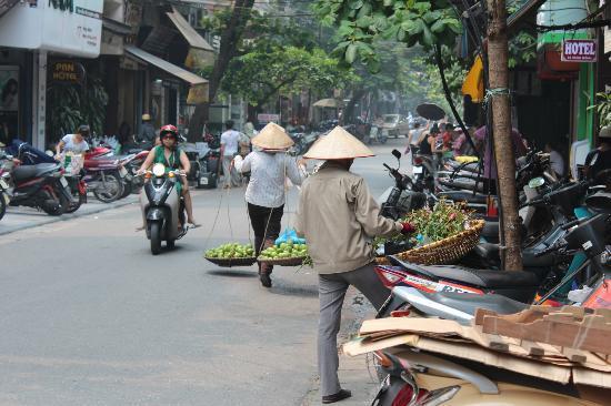 Hanoi Charming Hotel: Street view