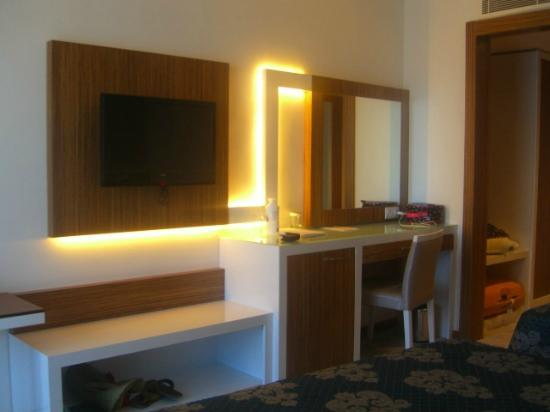 Diamond Hill Resort & Spa: dressing table, take a hairdryer as the fixed one in bathroom