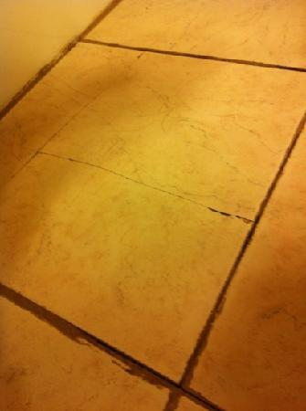 Ramada Drumheller Hotel & Suites: Broken and loose tile
