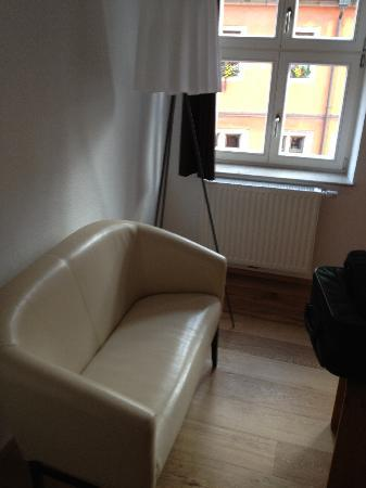 Hezelhof Hotel: Arbeitszimmer Sofa