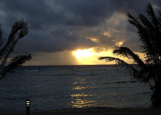 East End, Grand Cayman: Sunrise from our room at the Reef Resort