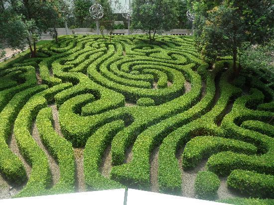 Shangri-La Hotel Kuala Lumpur: maze in the garden