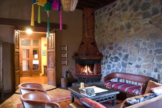 Hotel Meson de San Antonio: Fireplace in great hall