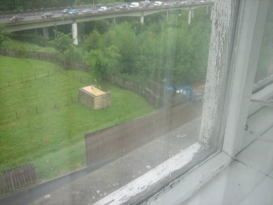 Mercure Bradford, Bankfield Hotel: Paint flaking all over outside