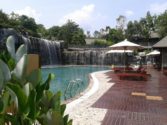 Philea Resort & Spa: View of the pool and waterfall