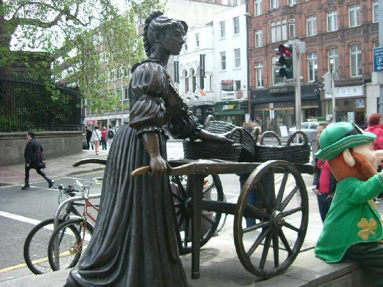 Waterloo House: Molly Malone statue Dublin city centre