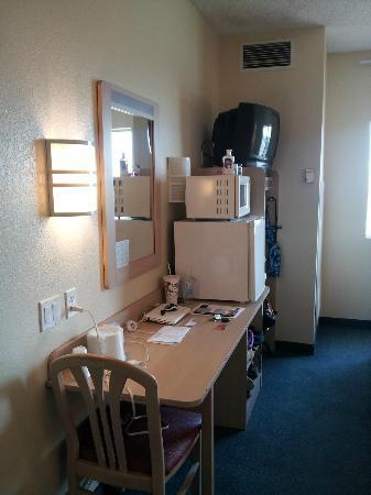 Motel 6 Benson : Desk, microwave, Fridge