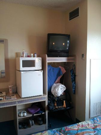 Motel 6 Benson : Closet & TV area