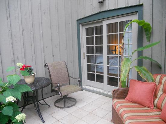 Olde Homestead Suites: Garden Patio Outside Red Room