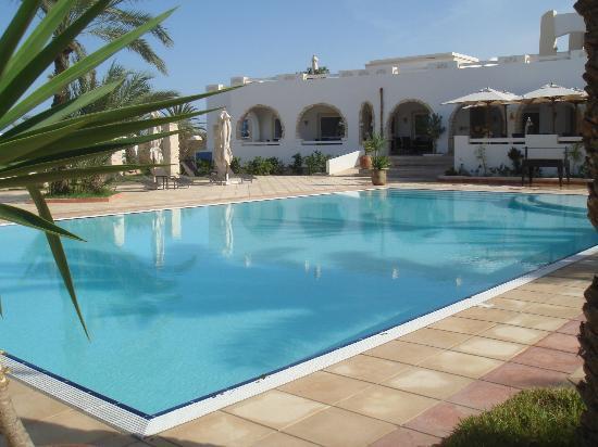 Fertile Mezraya-Djerba: piscine et hôtel
