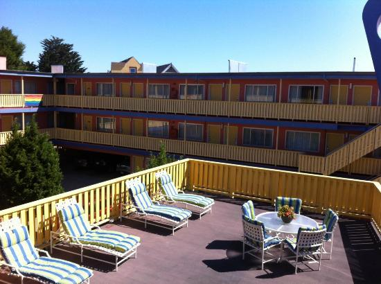 Beck's Motor Lodge: Come relax with us on the sundeck.