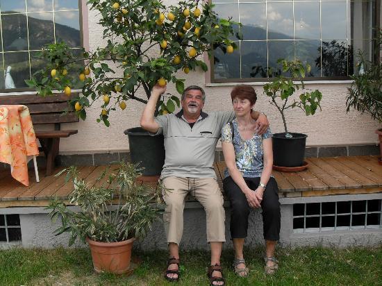 Panorama Hotel Garni Buehlerhof: Julia + Jochen unter'm Zitronenbaum