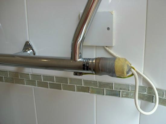 Astons Apartments: Collegamento in bagno abbastanza arrangiato.