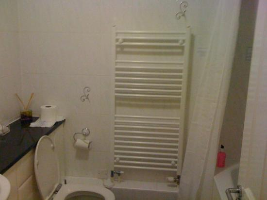 Charles House: Bathroom - very nicely set out, with plenty of complimentary toiletries