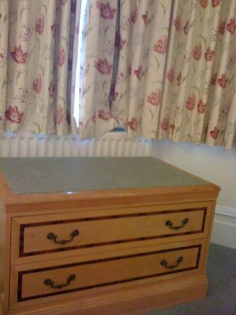Charles House: Bay window, luggage/seat drawer unit. Carpeted on top.
