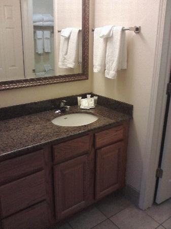 Staybridge Suites Tallahassee I-10 East: Clean lavatory with plenty of drawers.