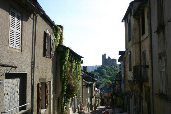 Najac, Francja: Vue de la forteresse en venant du parking, dans la rue principale qui traverse tout le village