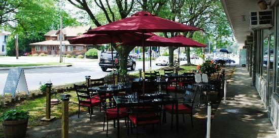 2 Taste Food and Wine Bar: Outside Dining