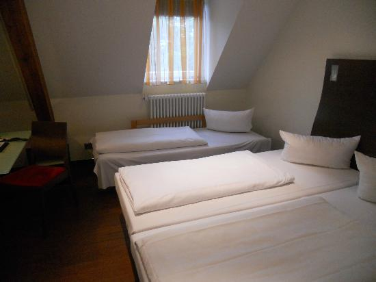 Stadthotel Freiburg Kolping Hotels und Resorts: Bedroom with extra bed