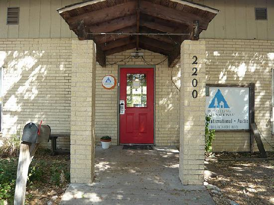 Hostelling International Austin: The inviting red front door.