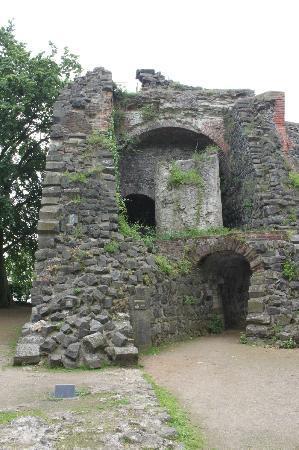 "Kaiserpfalz Kaiserswerth : руины замка ""Kaiserpfalz"" императора Фридриха I Барбароссы"