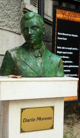 Tarihi Asansor: a portrait sculpture of Dario Moreno