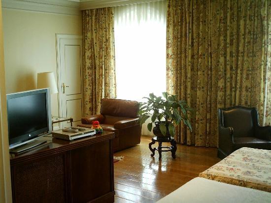 Hotel Ercilla Lopez de Haro: Detalle de la habitación desde la cama.