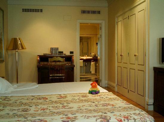 Hotel Ercilla Lopez de Haro: Vista del baño, armario, escritorio. Baño enorme al fondo.