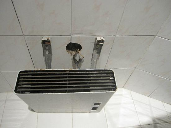 Nouvel Hotel Paris 18: Bathroom heater torn off the wall and also inoperative.