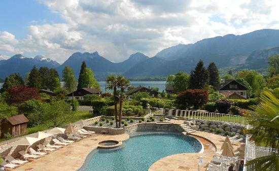 Hôtel Les Grillons: Pool, lake, mountains