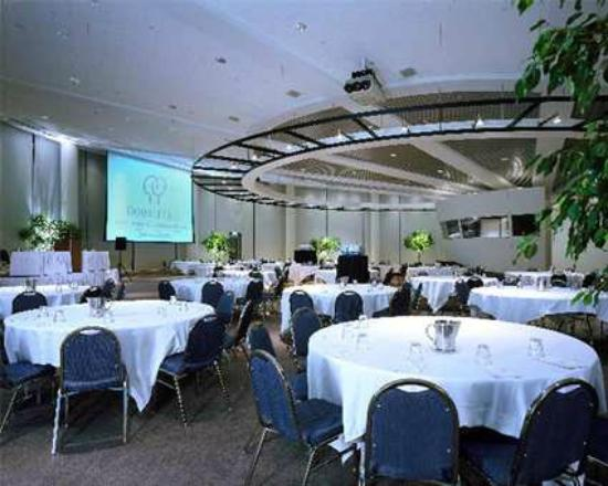 Doubletree Suites by Hilton Hotel & Conference Center Chicago / Downers Grove: Esplande Lakes