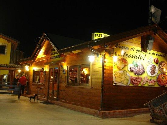 Agri Service: Das nächtlich beleuchtete Restaurantgebäude