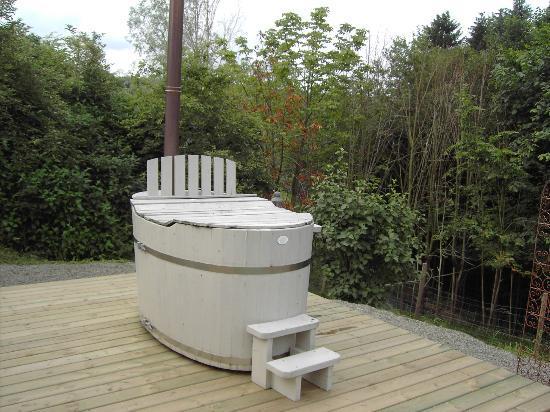 Een met hout verwarmd bad in de tuin picture of la lisiere
