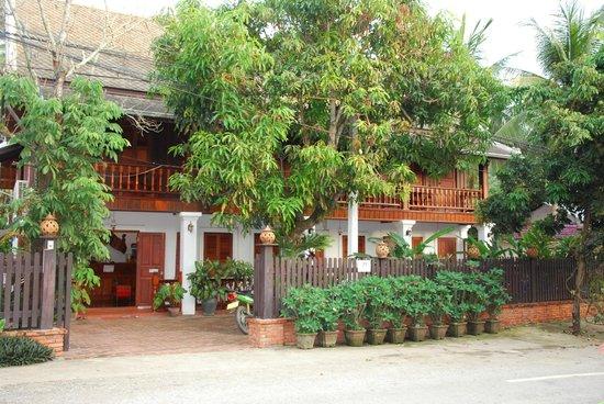 Villa Chitdara: photo de la Villa prise de la rue où passent les bonzes
