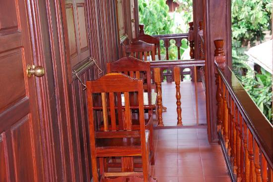 Villa Chitdara: Balcon avec table et chaises donnant sur un magnifique jardin